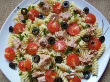 Sałatka makaronowa z tuńczykiem i oliwkami