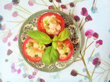 Sałatka makaronowa z warzywami w pomidorach