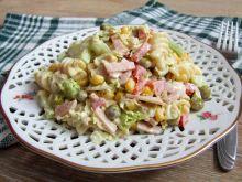 Sałatka makaronowa z wędliną i warzywami
