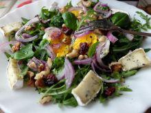 Sałatka na rukoli -z brokułem, jajkiem i bakaliami