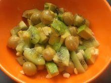 Sałatka na zielono z kiwi , oliwkami i awokado .