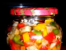 Sałatka na zimę z papryki, pieczarek i cebuli