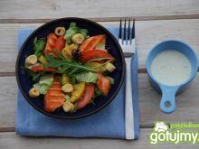 Sałatka obiadowa z grillowanym łososiem