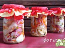 Sałatka ogórkowa z papryką i cebulą