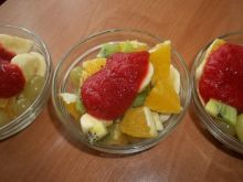 Sałatka owocowa z musem truskawkowym
