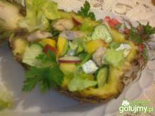 Sałatka podana w ananasie
