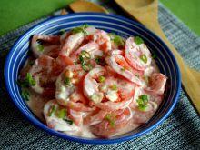 Sałatka pomidorowa z jogurtem i szczypiorkiem