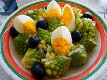 Sałatka romanesco z jajkiem i oliwkami