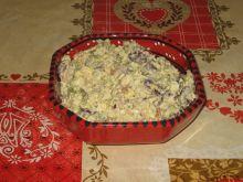 Sałatka ryżem, szynką i czerwoną fasolą