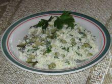 Sałatka ryżowa w groszkowym kolorze