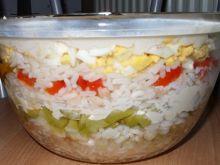 Sałatka ryżowa warstwowa