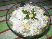 Sałatka ryżowa z konserwowymi dodatkami