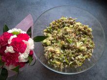 Sałatka ryżowa z makrelą, awokado i porem
