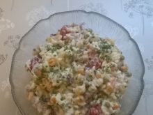Sałatka ryżowa z matiasem, pomidorkami, groszkiem