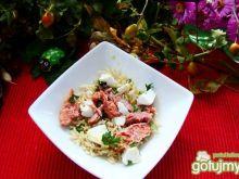 Sałatka ryżowa z serem feta i łososiem