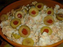Sałatka ryżowa z tuńczykiem i oliwkami