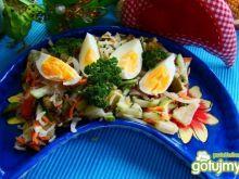 Sałatka ryżowa z warzywami i jajkiem