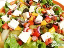 Sałatka rzymska z warzywami i kabanosem