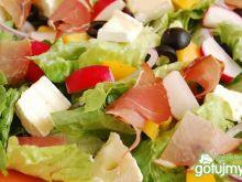 Sałatka rzymska z warzywami i szynką