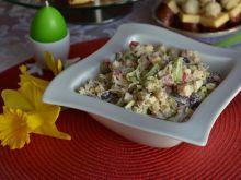 Sałatka serowa z jajkiem, tuńczykiem i porem