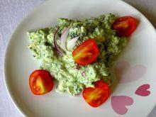 Sałatka serowo - brokułowa z sosem czosnkowym
