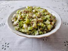 Sałatka śledziowo-brokułowa