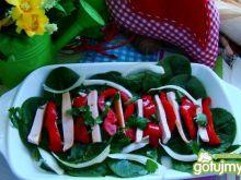Sałatka szpinakowa z papryką