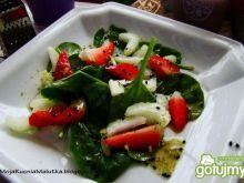 Sałatka szpinakowa z selerem i truskawka