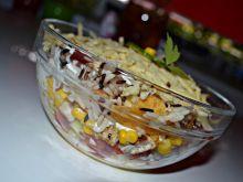 Sałatka warstwowa z ryżem i chipsami