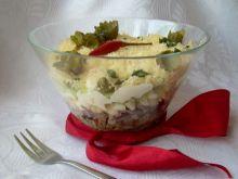Sałatka warstwowa ze śledziem i żółtym serem