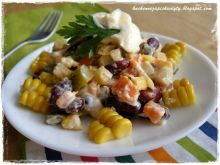 Sałatka warzywna z fasolą i kukurydzą