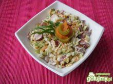 Sałatka warzywna z kabanosami