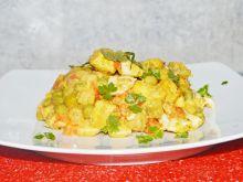 Sałatka warzywna z kurczakiem i jajkiem z sosem