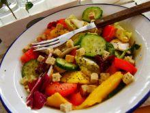Sałatka warzywna z mango i owocami chia