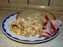 Sałatka  warzywna z pieczarkami i kabanosem