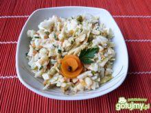 Sałatka warzywna z ryżem i żółtym serem