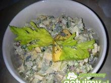 Sałatka warzywna z serem pleśniowym