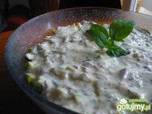 Sałatka warzywna z sosem jogurtowym