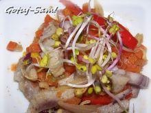Sałatka warzywno-śledziowa z kiełkami