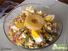 Sałatka z ananasem i salami