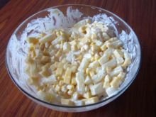 Sałatka z ananasem i serem żółtym