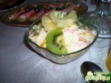 Sałatka z ananasem, szynką i selerem