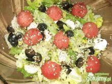 Sałatka z arbuzem, mozzarellą i oliwkami