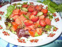 Sałatka z arbuzem, truskawkami i sałatą mix
