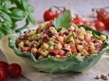 Sałatka z awokado, pomidorami i cieciorką