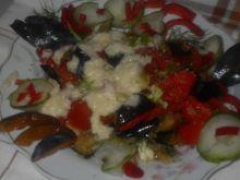 sałatka z bakłażana, pomidorów i papryki