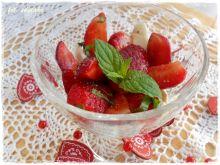 Sałatka z balsamicznych truskawek i mascarpone