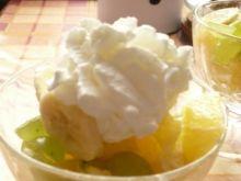 Sałatka z bananów, winogron i pomarańczy