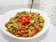 Sałatka z bobem, bekonem i pomidorem