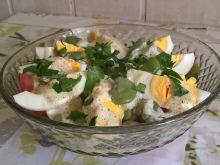 Sałatka z bobem, serem pleśniowym i jajkiem